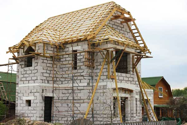 После стен для дома из пеноблока строим крышу