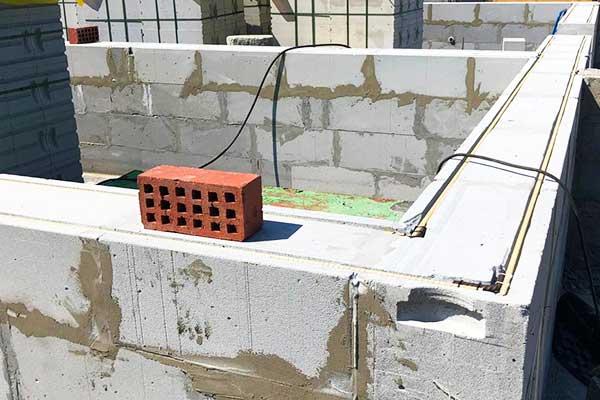 Строительство стен дома из твинблока