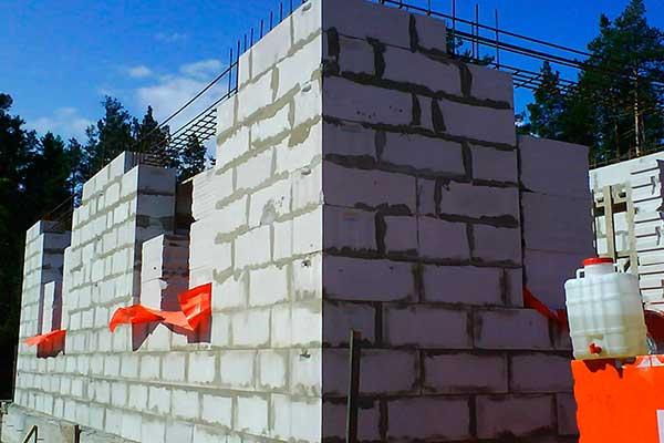 Следующий этап - строительство стен из пеноблока