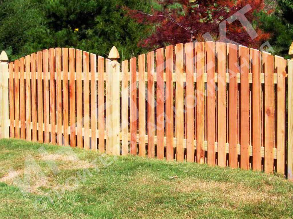 Фото работы по строительству деревянного забора штакетника
