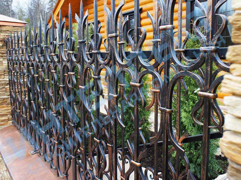 Построили кованый забор с кирпичными столбами и фундаментом