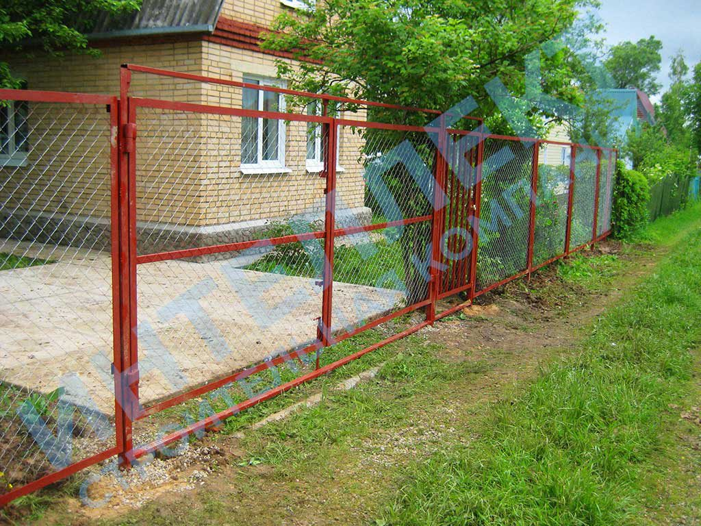 Строили забор для частного дома из сетки рабицы