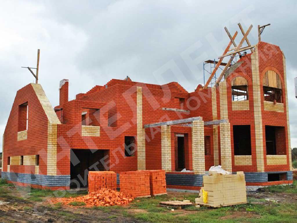 Кирпичный дом - вид работы в процессе строительства