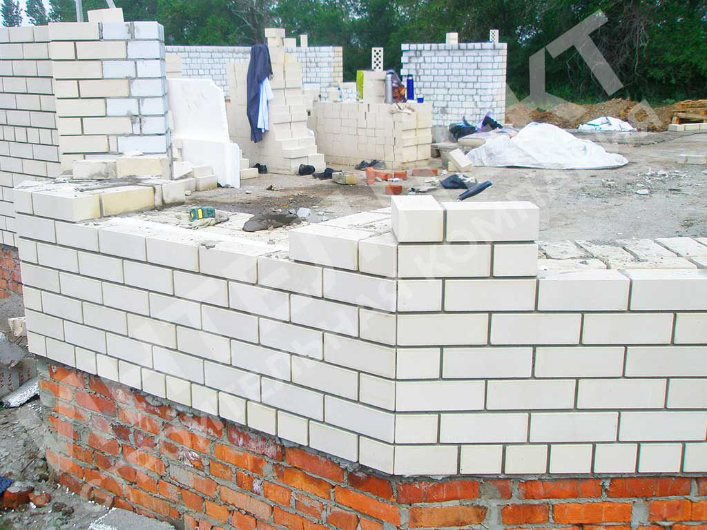 Стена из кирпича - вид процесса строительства