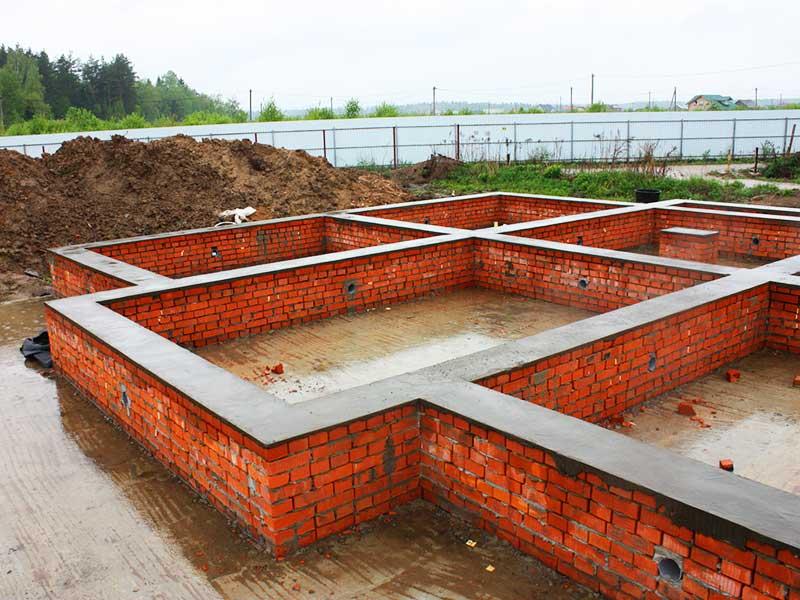 Строим фундамент для дома из кирпича