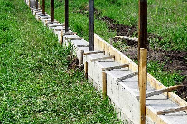 Фундамент и установка столбов забора