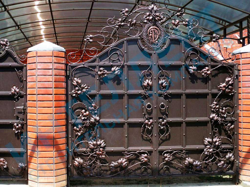 Кованые распашные ворота для владельца коттеджа