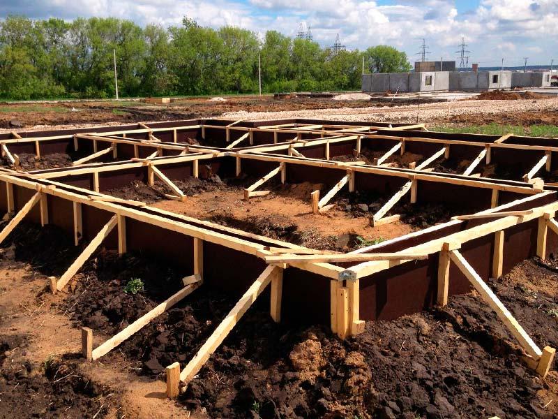 Подготовка опалубки для строительства ленточного фундамента