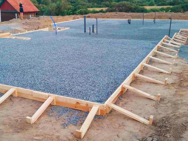 Подготовка участка и строительство опалубки для заливки монолитной плиты фундамента