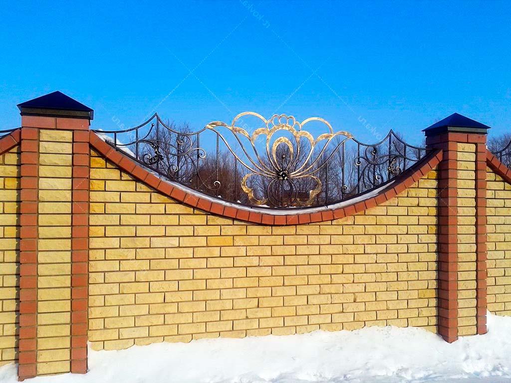 Кирпичный забор двухцветный с ковкой