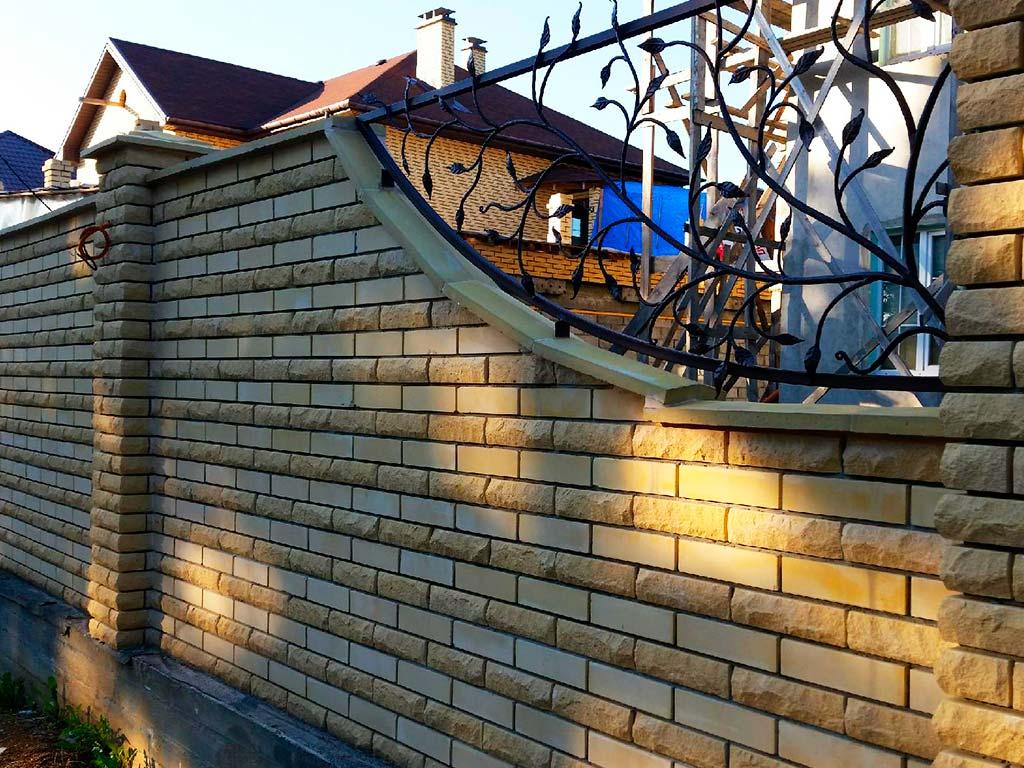 Кирпичный забор двухцветный со сварными вставками