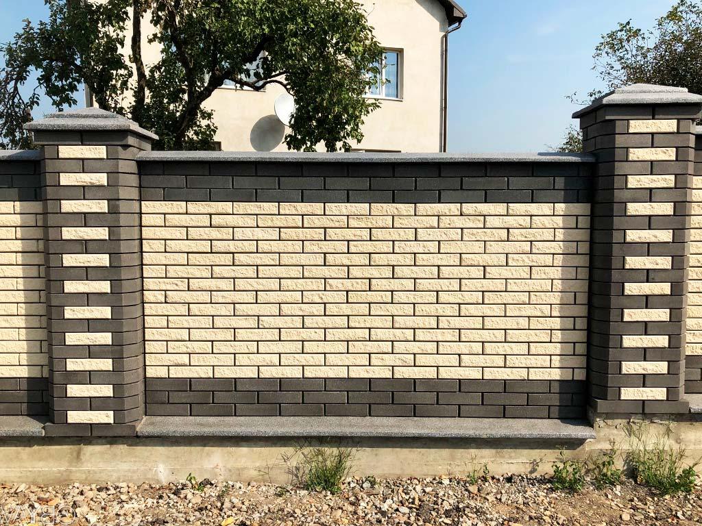 Кирпичный забор двухцветный