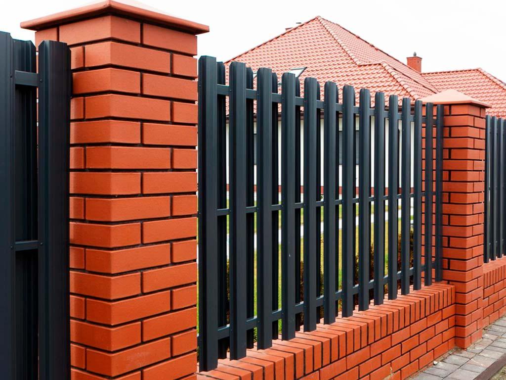 Кирпичный забор со штакетником