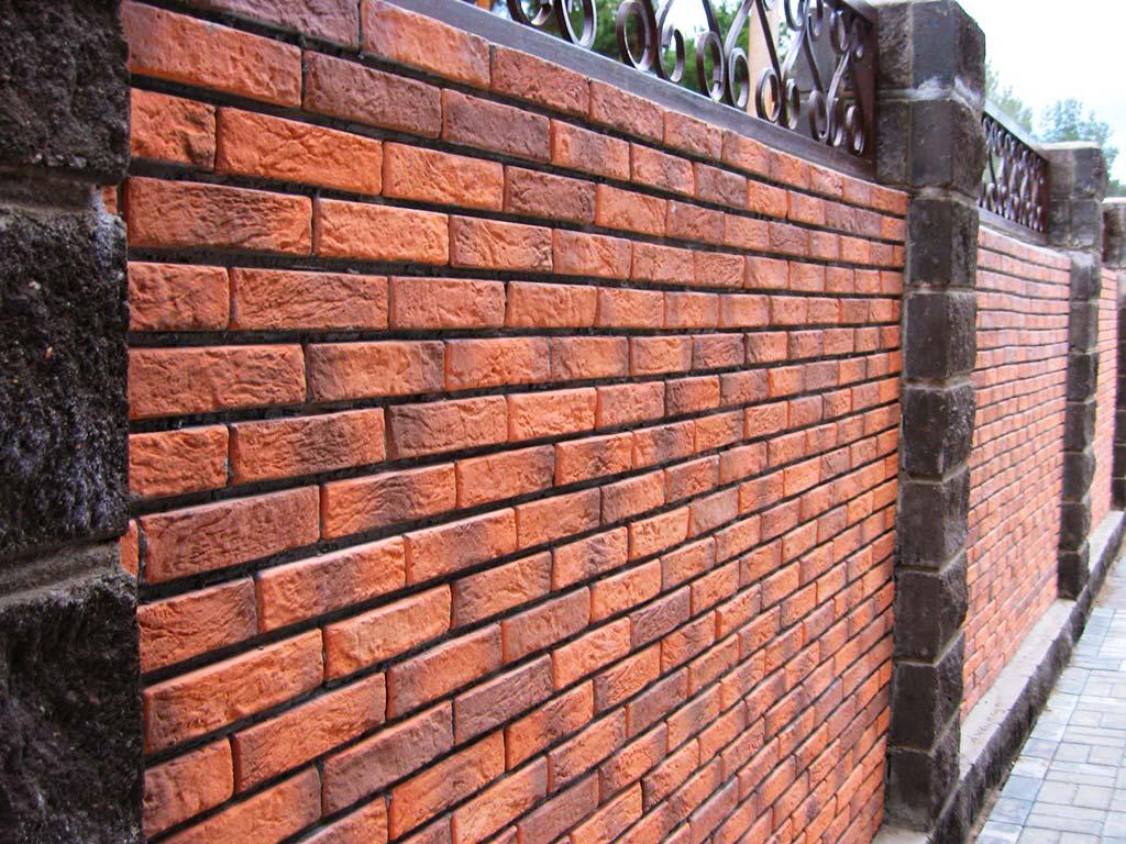 Комбинированный забор из кирпича и камня