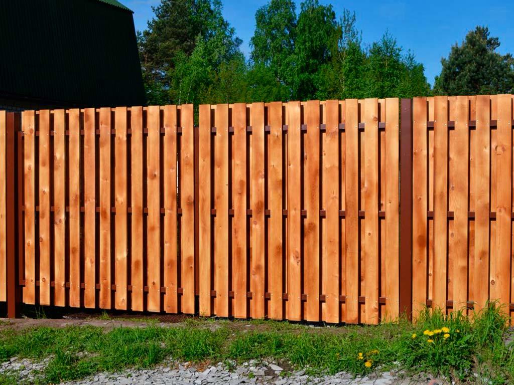 Шахматный деревянный забор