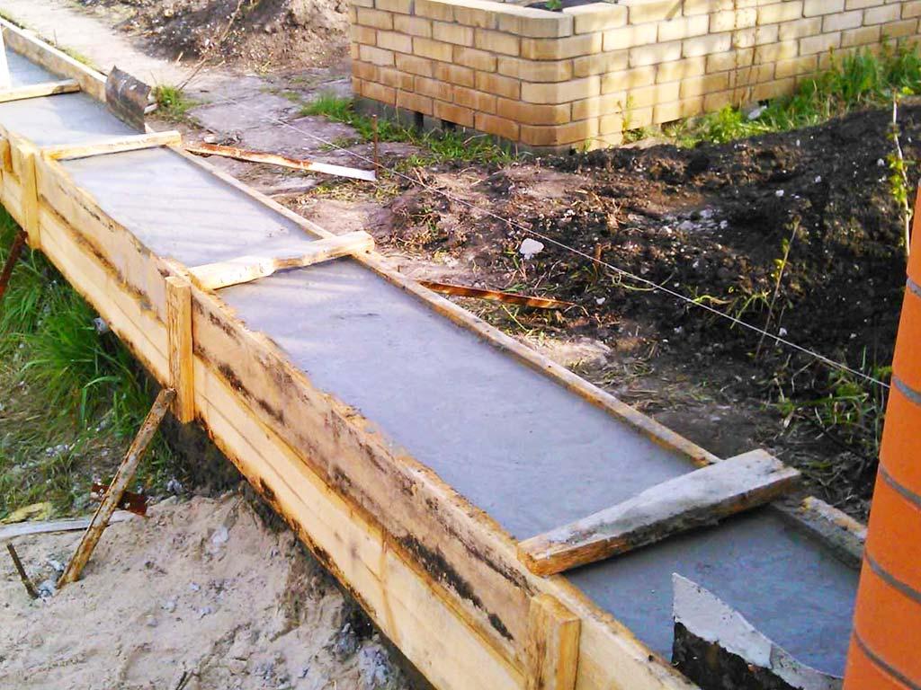 Строительство фундамента для забора из кирпича