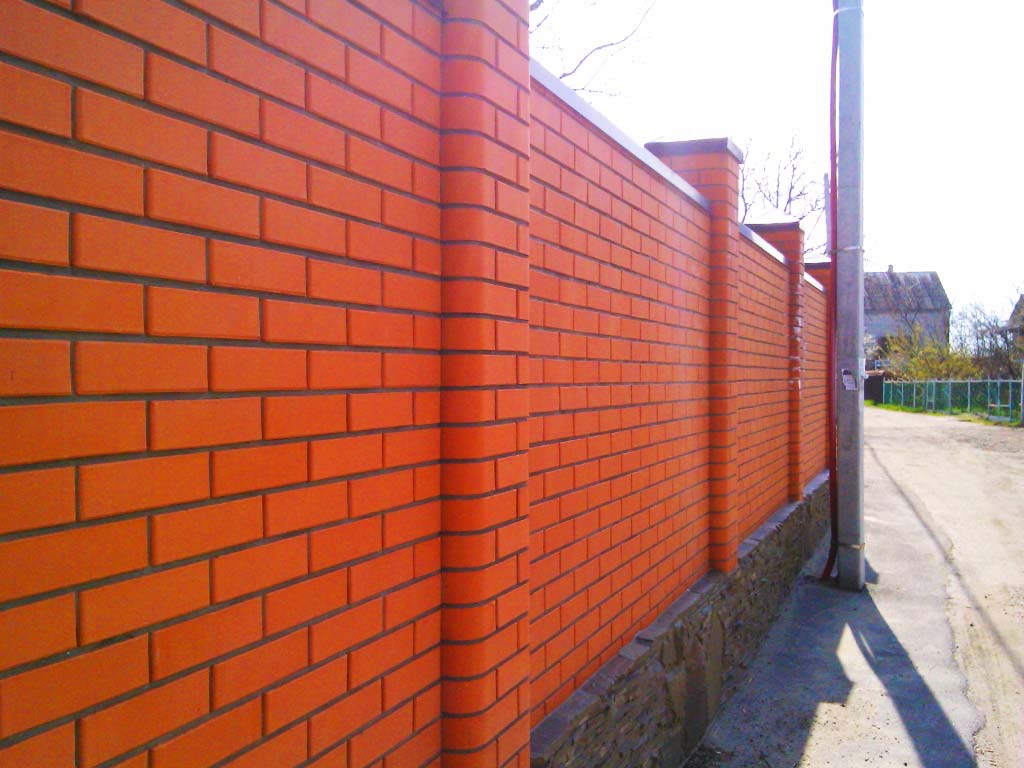 Забор классический из красного кирпича