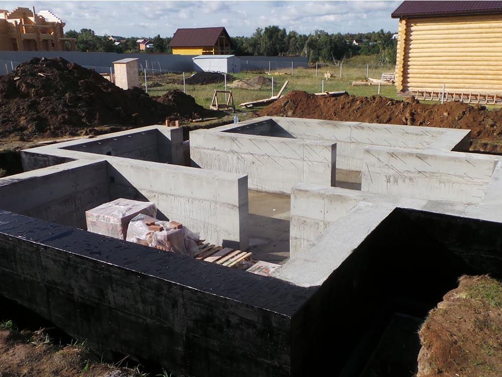 Линейный фундамент с цокольным этажом