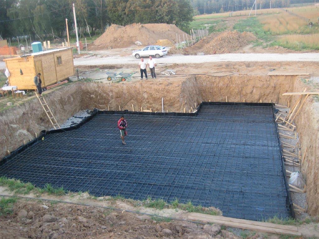 Подготовка основы для строительство фундамента с цокольным этажом