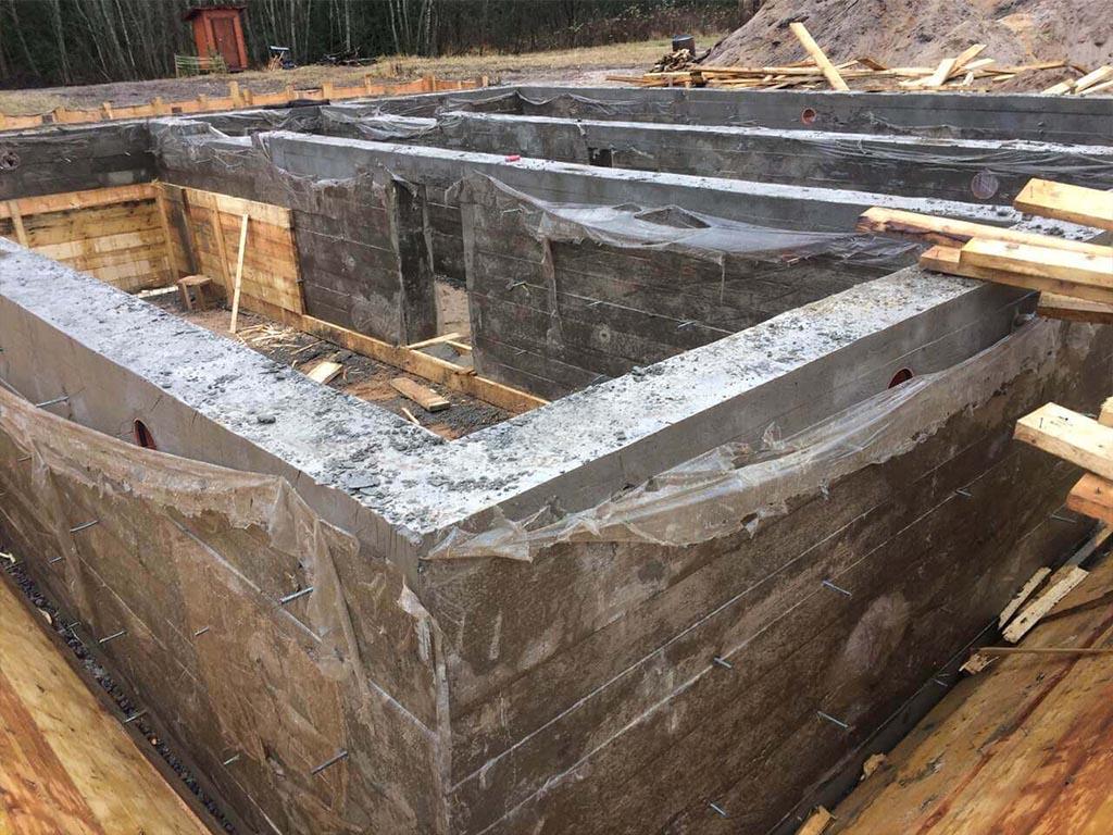 Вид фундамента с цокольным этажом после заливки